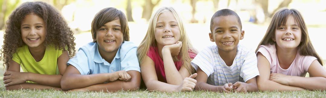 Niños sobre jardín